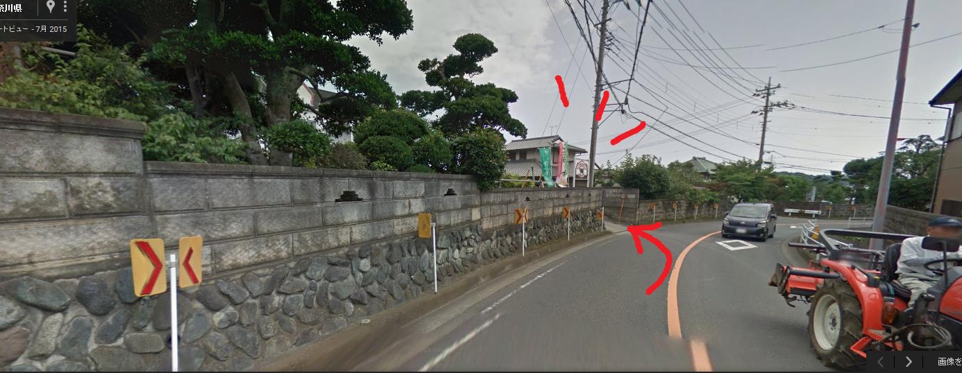 この左手が飯田牧場です!入り口が急勾配になっているので降りて入った方が安全かと思います。