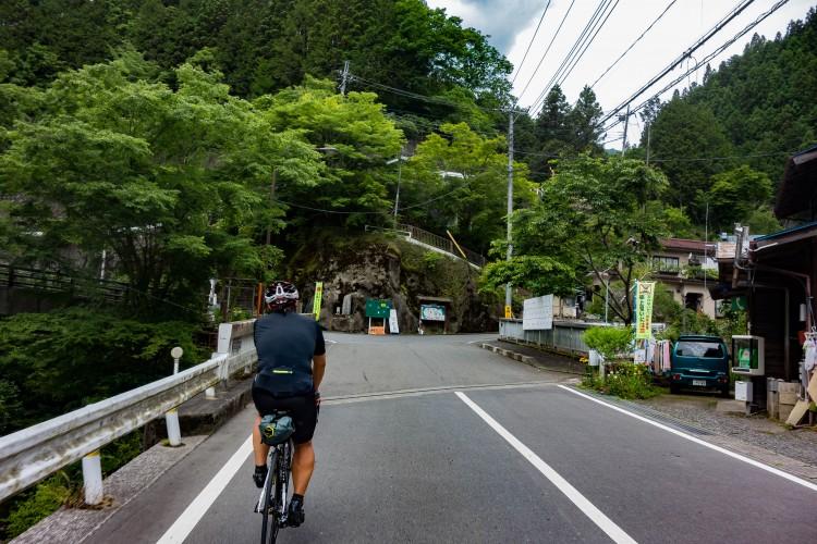 風張林道への道中の曲がり道